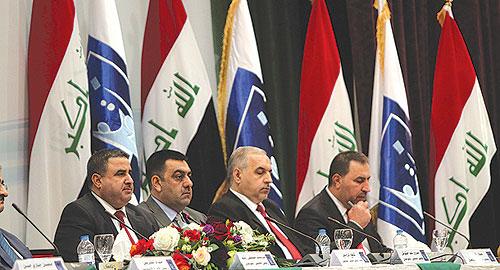 بغداد: حمزة مصطفىبعد ما يقارب ثلاثة أسابيع من إجراء الانتخابات العراقية العامة، أعلنت المفوضية العليا المستقلة للانتخابات في العراق النتائج النهائية للانتخابات البرلمانية أمس. وبرز رئيس الوزراء العراقي نوري المالكي، ورئيس لائحة «دولة القانون»، كالفائز الأكبر للانتخابات بعد أن حصدته لائحته 92 مقعدا من المقاعد الـ328 للبرلمان العراقي، بينما كانت لائحة «المواطن» هي الثانية بـ29 مقعدا في كافة أرجاء العراق. وكان تقدم المالكي بارزا بالمقارنة مع باقي الكتل.
