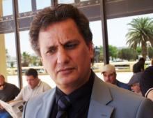 بنغازي- (أ ف ب): اغتيل صحافي ينتقد الجهاديين الاثنين في بنغازي معقل المجموعات المسلحة المتطرفة في شرق البلاد كما افاد مصدر طبي.وقتل مفتاح بوزيد رئيس تحرير صحيفة برنيق بالرصاص صباح الاثنين في وسط المدينة.والصحافي والمحلل مفتاح بوزيد معروف بانتقاداته للمجموعات الاسلامية المتطرفة على محطات التلفزة الليبية