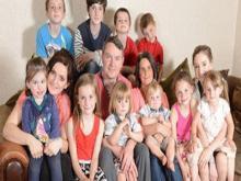 """لندن – تستعد الأم لأكبر عائلة فى بريطانيا سو رادفور """"39 سنة""""، لاستقبال مولودها السابع عشر فى نوفمبر المقبل، فى نفس الوقت الذى تنتظر فيه ابنتها الكبرى، وتدعى صوفى """"20 سنة""""، مولودها الثانى.وبحسب صحيفة الـ""""ديلى ميل"""" البريطانية فإن الأم """"سو"""" لديها بالفعل تسعة أبناء وسبع بنات"""